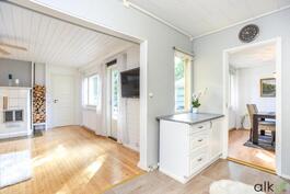 Olohuone avautuu kauniisti suoraan keittiöstä.