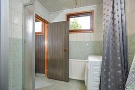 Kylpyhuone on tilava ja siellä on hyvin tilaa myös pesutornille.