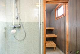 Kylpyhuoneessa raikas tunnelma ja kaunis laatoitus!