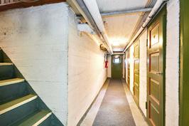 kuva kellaritiloista, päädyssä ovi pihalle