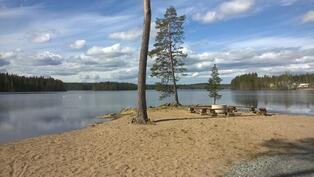 Yleinen uimaranta noin 1,5 km päässä asunnolta