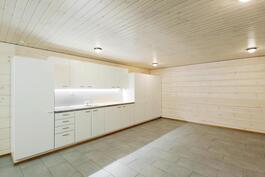 Aivan uusi kodinhoitotila, tilaa riittää! Lattialämmitys ja pesukoneliitäntä.