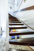 kaunis kaksisävyinen portaikko