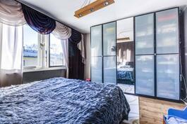 etelänpuoleinen makuuhuone jossa kaunis kaapisto