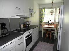 Keittiö ja ruokailutila, josta käynti olohuoneeseen