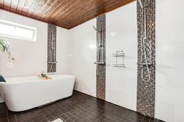 Pesuhuoneessa kolme suihkua.