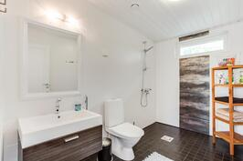 Tyylikäs yläkerran kylpyhuone.