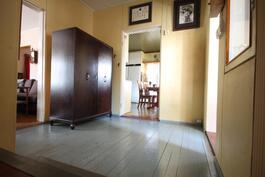 Eteisestä näkymä keittiöön ja olohuoneeseen