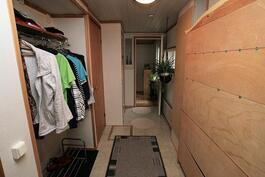 Eteisestä perälle makuuhuone 1:en ja kosteisiin tiloihin ja vessaan päin