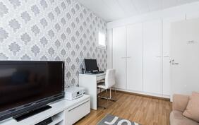 Kolman huone, toimii nykyisellä perheellä vieras- ja pelihuoneena.