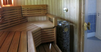 Upea sauna josta näkymä joelle.