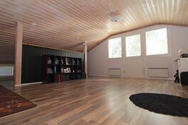 Yläkerran huoneesta, vasemmalla pieni alkovi, oikealla puolen vaatehuone