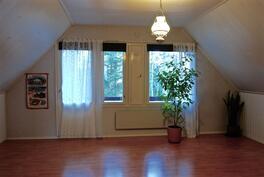 Yläkerran suuri makuuhuone + parveke...