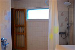 Kylpyhuoneessa 2 vesipistettä, pk-liitäntä ja ikkuna...