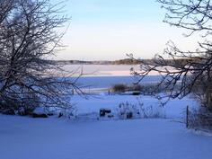 Maisemaa olohuoneesta ja terassilta järvelle