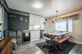 keittiökaapistot ja Tulikiven puuliesi ja kodinkoneet uusittu, seinissä ja katossa paneli