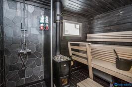 ....tunnelmallinen sauna puukiukaineen..
