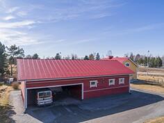 Talousrakennuksessa 112 krsm2 (rv.-12) kahden auton katos, lämpöeristetty ja kylmä varasto sekä käyttöullakko