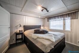 Yläkerran laajennusosan makuuhuone...
