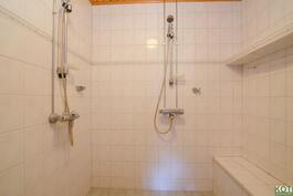 Pesuhuoneessa kaksi suihkua.