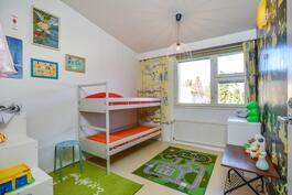 Toinen makuuhuone käy hyvin lasten huoneeksi