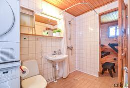 Kylpyhuone on tilava ja toimiva