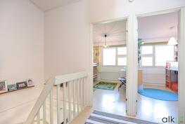 Lasten huoneet ovat asetettu päämakuuhuonetta vastapäätä.