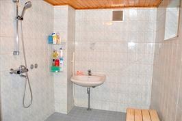 Kellarikerroksen kylpyhuonetta