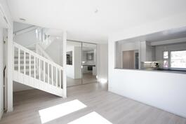 Kolmion olohuonetta, eteistä ja keittiötä. Keittiön ja olohuoneen väliseinä poistettevissa osin tai kokonaan.