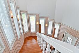 Valoisa portaikko vie toiseen kerrokseen