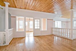 """ylimmän kerroksen avointa tilaa ja valoisa """"erkkerihuone"""", josta kulku parvekkeelle"""