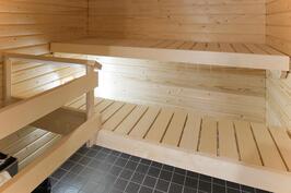 Oman saunan lisäksi on talossa saunaosato/kerhohuone
