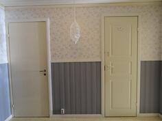 Oikealla wc:n ovi ja vasen ovi alakertaan