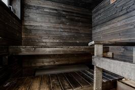 Sauna nykyaikaisesti tummanpuhuva