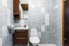 Kylpyhuone, jossa myös wc-tilat.