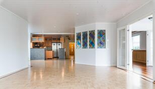 Keittiö, olohuone yhtenäistä isoa ja avaraa huonetilaa.