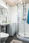 Kylpyhuoneessa tilaa myös pyykinpesukoneelle