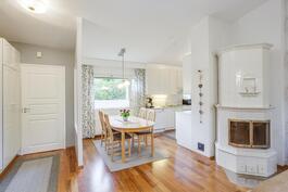 keittiö, ruokailutila ja olohuone muodostavat avaran kokonaisuuden.