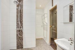 Kaunis kylpyhuone on remontoitu vuonna 2012.