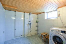 Kylpyhuoneessa on hyvin tilaa myös pyykkihuollolle