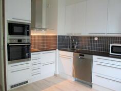 Toiminnallinen keittiö, uusittu kaapistoineen ja koneineen