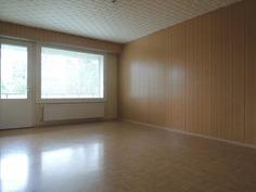 Avara olohuone, josta käynti parvekkeelle.