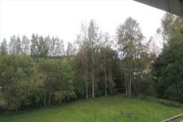 Parvekkeelta näkymä vehreälle takapihalle.