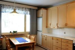 Suuri ikkuna tuo hyvin valoa keittiöön