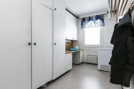 Kodinhoitohuone keittiön vieressä.