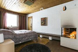 Olohuoneen vieressä takkahuone, joka soveltuu mainiosti myös makuuhuoneeksi.
