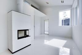 Takkahuoneesta suora käynti saunaan ja terassille