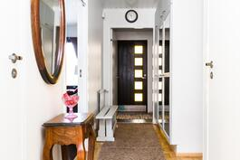 Sisäänkäynti ja käytävä olohuoneesta katsottuna.