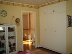 ... yläkerran kolmannesta makuuhuoneesta, joissa molemmissa on myös kaapistorivi!