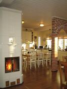 """... itse keittiössä on tilaa myös isolle ruokapöydälle ja takka on Turun Uuniseppien korotettu malli """"Klassikko""""!"""